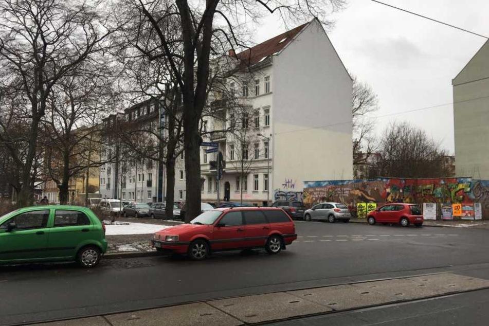 Der Brand des SUV brach an der Ecke Bernhard-Göring-/Arno-Nitzsche-Straße in Connewitz aus.