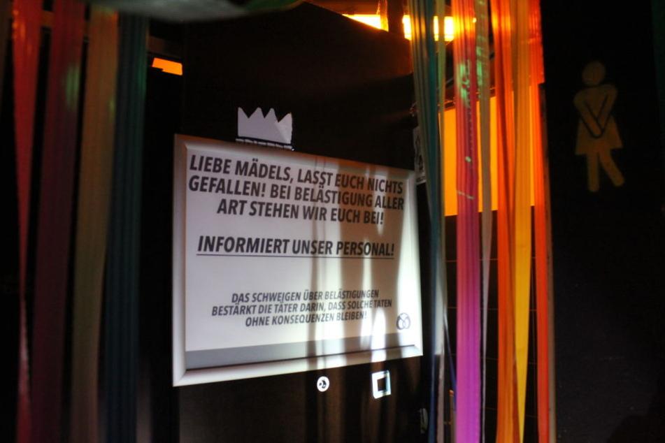 """Ein Hinweisschild an der Toilettentür des Tübinger Clubs """"Butterbrezel. Frauen werden darauf hingewiesen, sich bei Belästigung an das Personal zu wenden."""