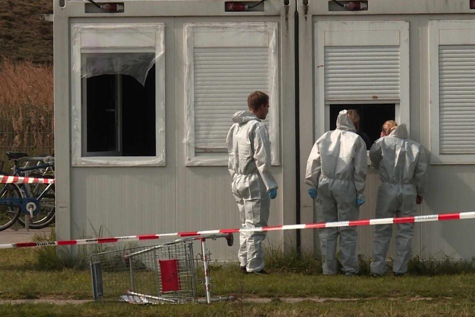 Die Polizei sichert Spuren am Tatort. In einer Flüchtlingsunterkunft in Ahrensburg ist am Dienstag eine Leiche gefunden worden.