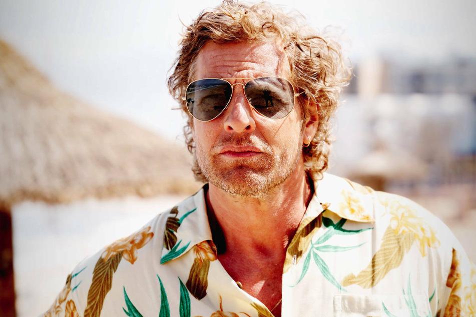 """Schauspieler Henning Baum (48) in der Rolle von Matthias 'Matti' Adler in """"Der König von Palma"""". Auf Mallorca haben die Dreharbeiten zu der neuen TV-Serie über den Partytourismus der 90er Jahre begonnen."""