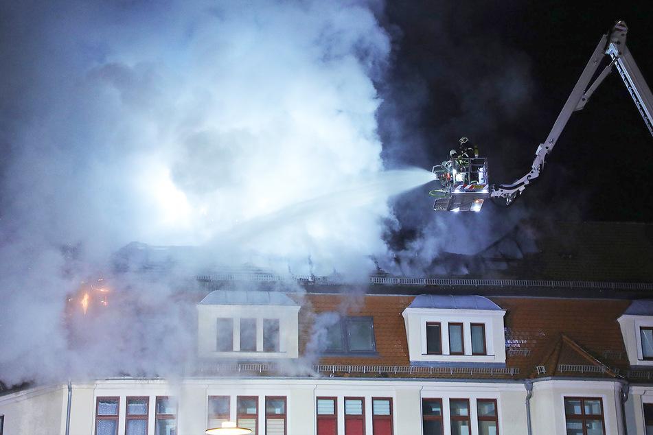 Das Feuer breitete sich über mehrere Meter des Dachstuhls aus. Die Kameraden der Feuerwehr löschten auch von einem Gelenkmast aus.