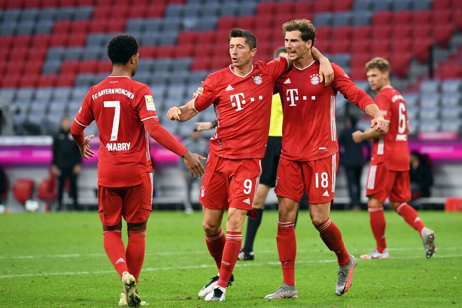 Robert Lewandowski (32, 2.v.l.) und Leon Goretzka (26, 3.v.l.) sind entscheidende Eckpfeiler im Team des FC Bayern München.