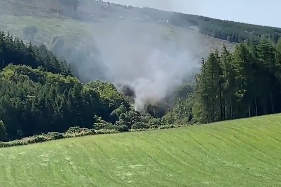 Dieses von BBC Schottland zur Verfügung gestellte Videostandbild zeigt Rauch, der aus einem entgleisten Zug in der Nähe von Stonehaven, Aberdeenshire, aufsteigt.