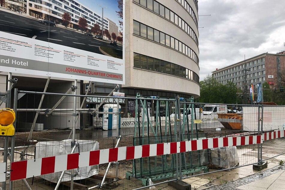 """Wo sind nur die 61.000 Euro teuren """"Luxus-Bänke"""" vor dem Chemnitzer Archäologie-Museum """"smac"""" hin?"""