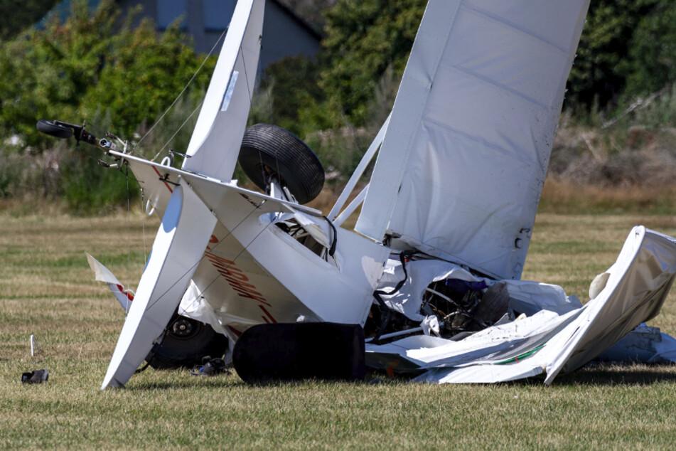 In dem Kleinflugzeug sollen laut Behördenangaben zwei Menschen gesessen haben. Nach WDR- und dpa-Informationen wurde ein Mensch getötet, der zweite Insasse überlebte schwer verletzt. Die Polizei bestätigte das zunächst noch nicht.