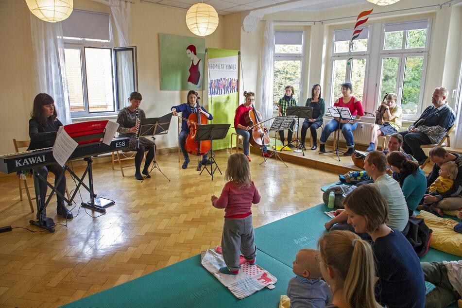 Elena Schoychet, Klara Fabry (34) und Anna von Koch (28, v.l.) spielen gemeinsam mit den 100 Mozartkindern (r.) klassische Musik für Kleinkinder.