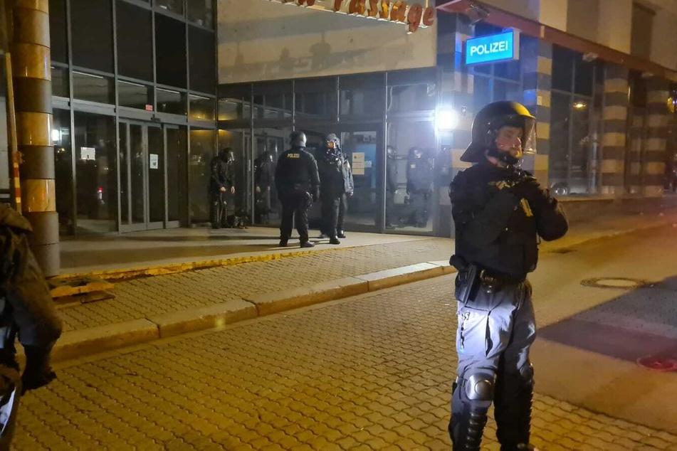 Auf das Polizeirevier in Connewitz wurden Steine geworfen. Die Polizei steht vor dem Gebäude bereit und hat das Gebiet abgesperrt.