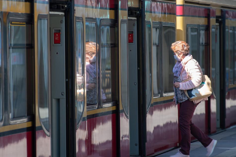 Wer künftig ohne Maske in Bus und Bahn steigt, muss in NRW und Niedersachsen 150 Euro zahlen.