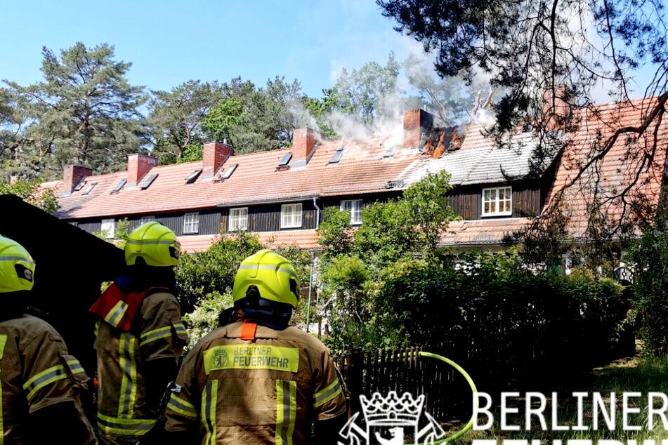 In Berlin-Zehlendorf ist der Dachstuhl eines Reihenhauses in Flammen aufgegangen.