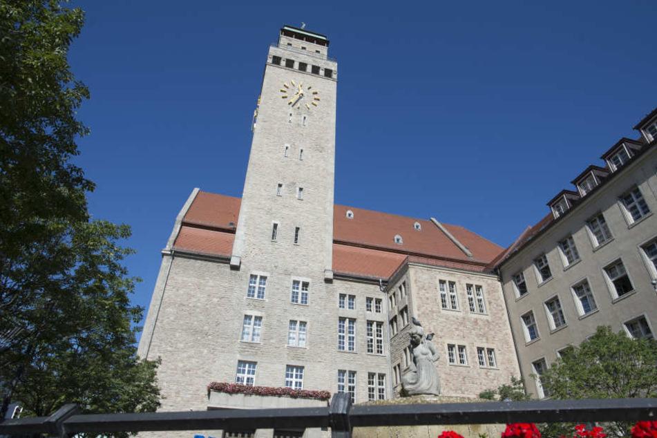 Im Rathaus Neukölln hat ein Obdachloser um sich gestochen, weil er mit seiner Unterbringung unzufrieden war.