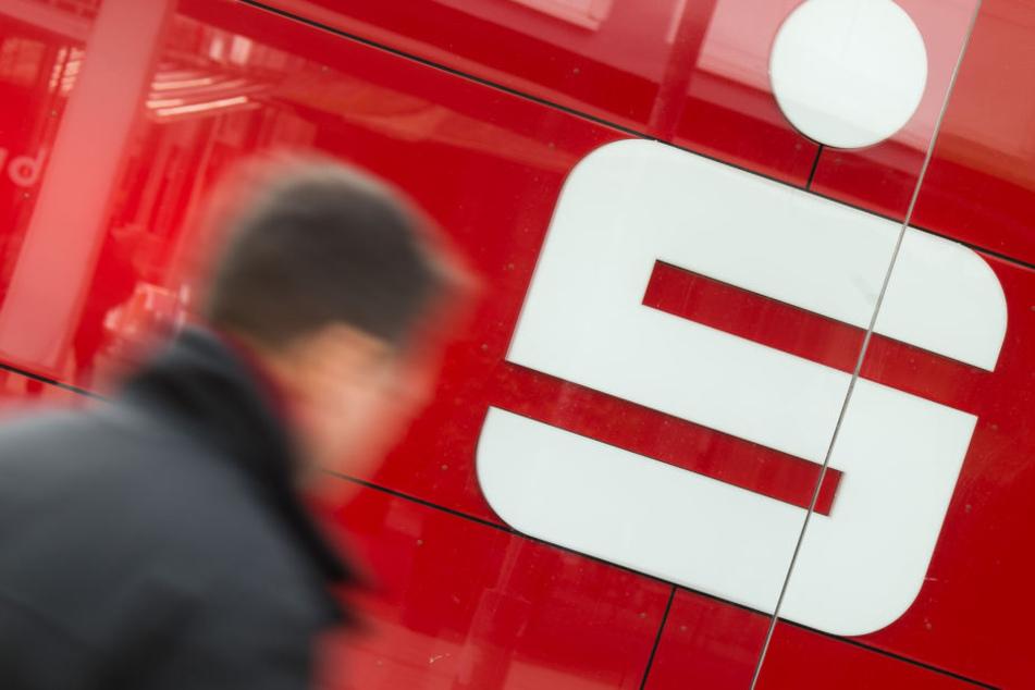 In insgesamt 24 Sparkassen Filialen in und um Leipzig streikten am Mittwoch die Automaten. (Symbolbild)