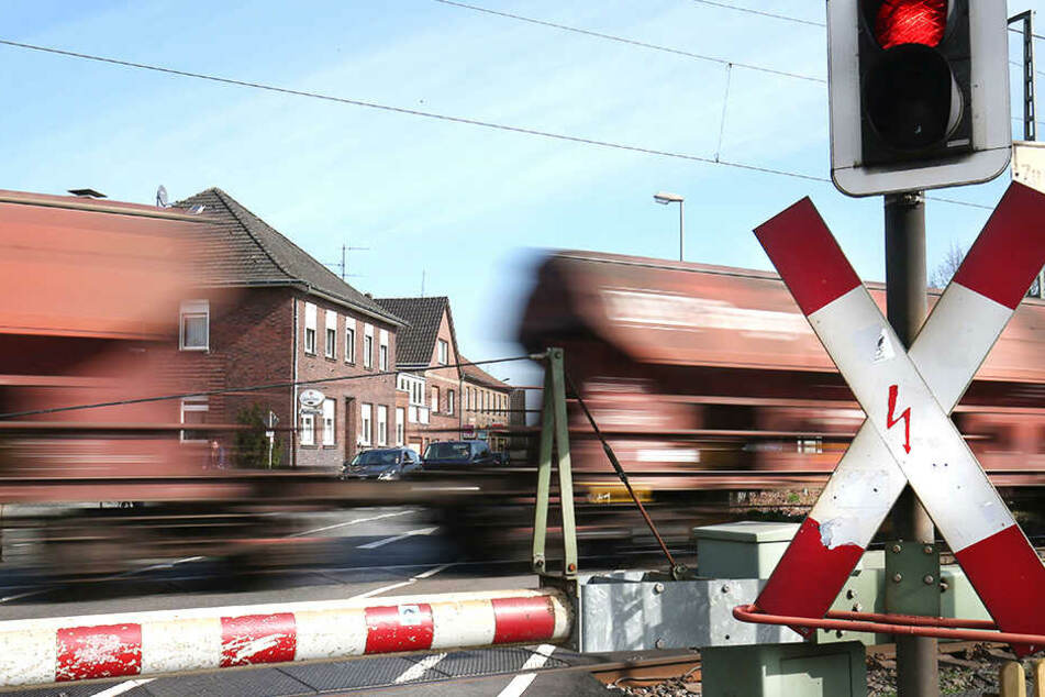 Züge kommen mit großer Geschwindigkeit angefahren. Deshalb haben Menschen auf den Gleisen nichts verloren.