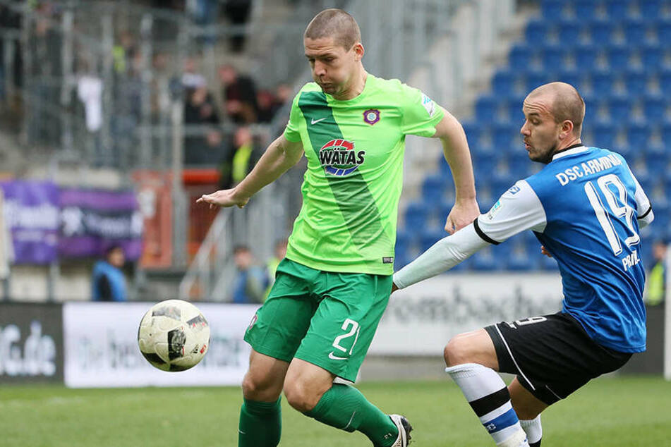 Adam Susac (l.) bei seinem bislang letzten Einsatz für die Auer vor Bielefelds Manuel Prietl.