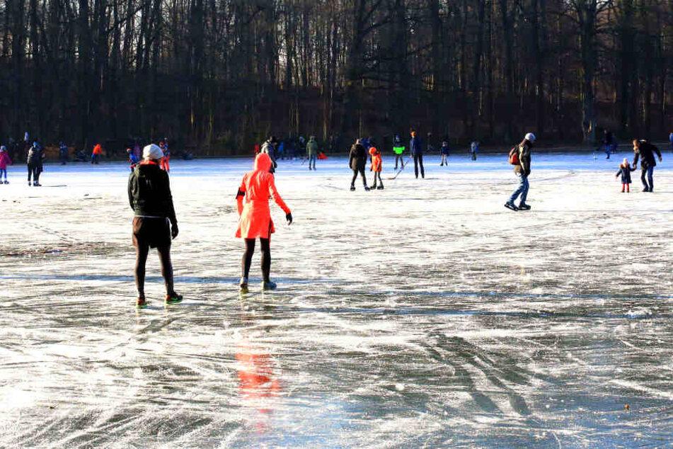 Ein Kind ist auf dem zugefrorenen Gotteshülfe Teich in Hürth eingebrochen (Symbolbild).