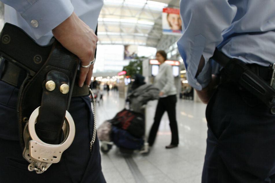 Am Flughafen Düsseldorf fiel den Beamten ein offener Haftbefehl gegen einen Reisenden auf (Symbolbild).