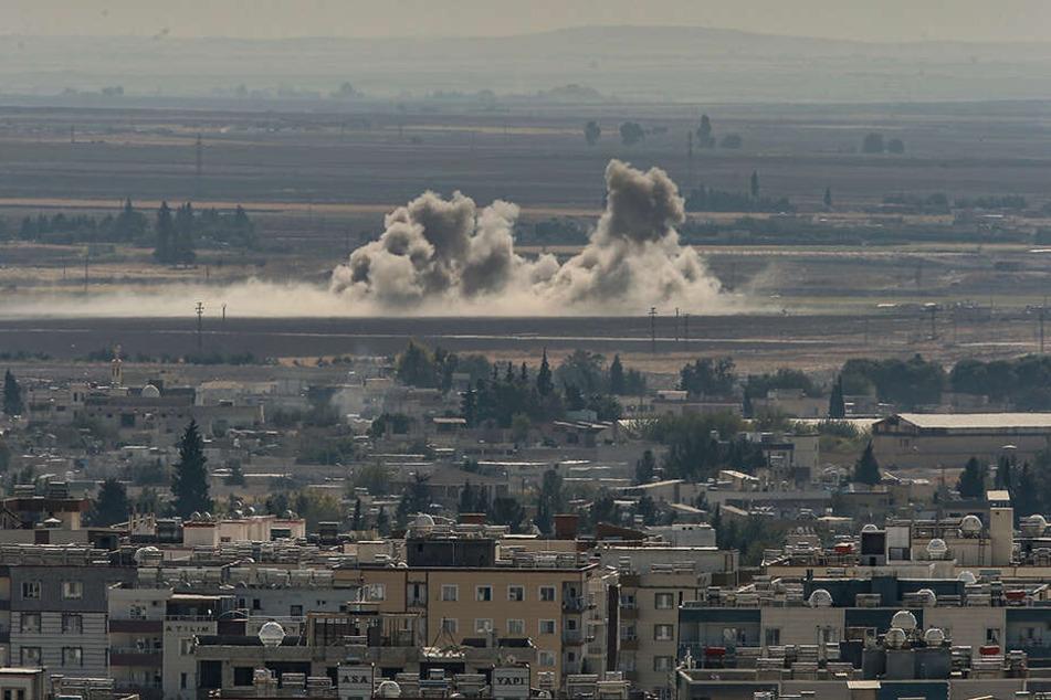 Rauschwaden steigen an der Grenze zu Syrien nach Angriffen des türkischen Militärs auf.
