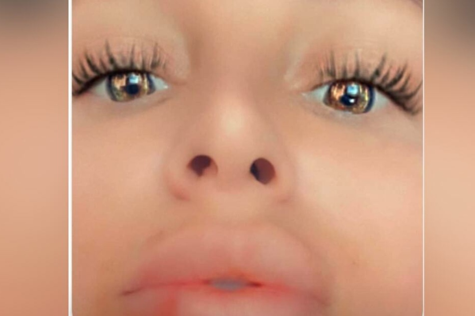 """Tatsächlich bekam der kleine Schmutzfink Schwesta Ewas """"Löcher"""" zu sehen - jedoch nur die ihrer Nase."""
