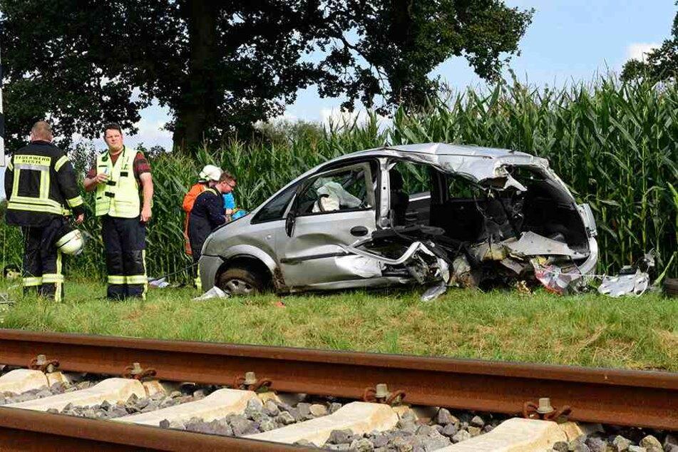 So heftig war der Unfall, dass vom Heck des Wagens kaum noch etwas übrig ist.