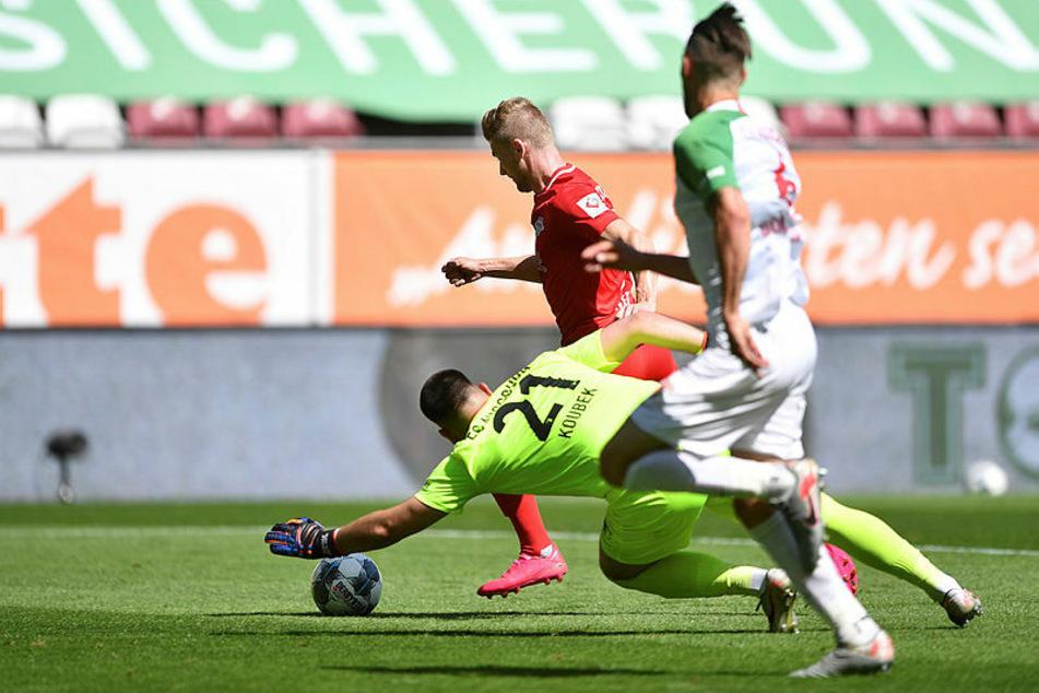 Timo Werner (hinten) umkurvt Tomas Koubek und schiebt zum 1:0 ein - sein 27. Ligator im 34. Spiel.