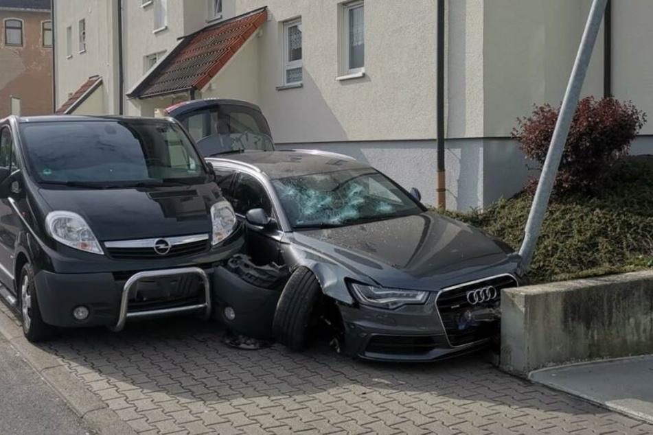 Eine der Hauptverdächtigen hatte versucht mit einem Auto zu fliehen und baute dabei diesen Unfall.