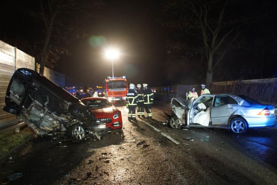 Drei Fahrzeuge stießen auf der Landstraße zusammen.