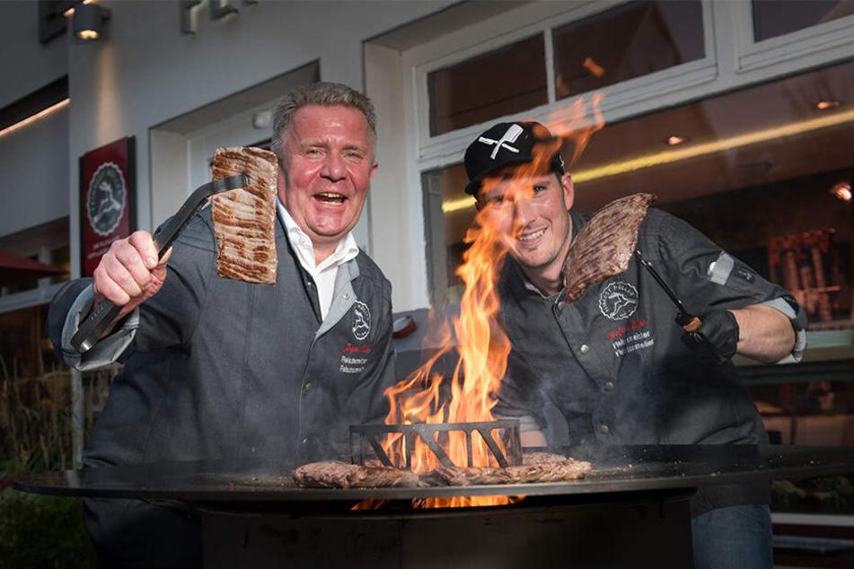 Fleischermeister Jürgen Müller (63,l.) und Stefan Müller (37) wissen, worauf es beim perfekten Steak ankommt.