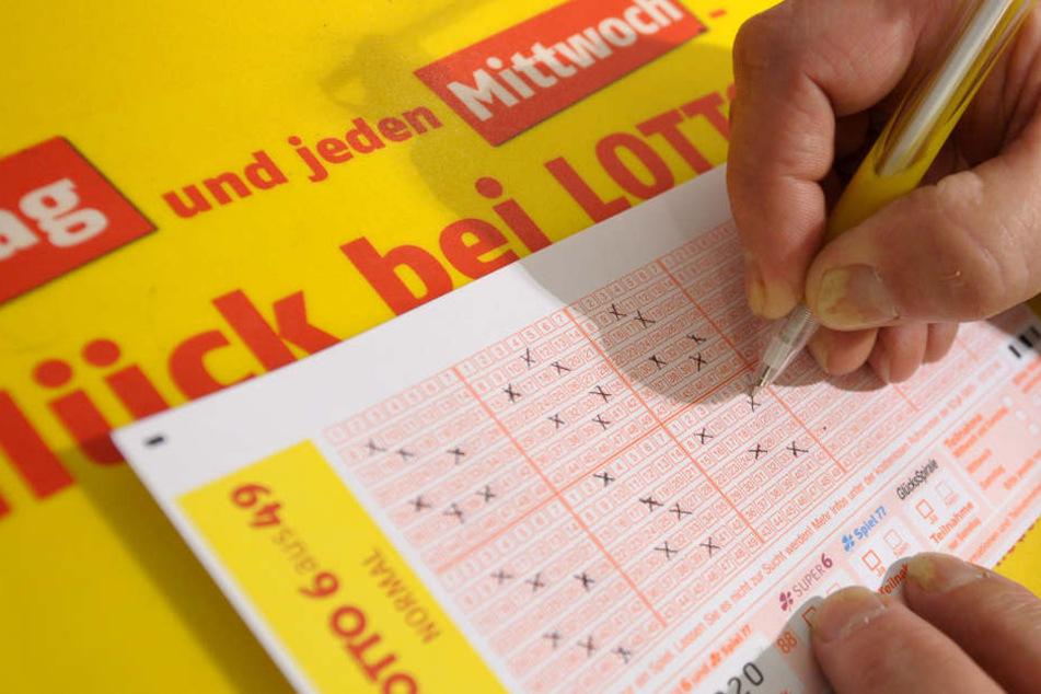 Mann wird mit einem Dreier zum Lottomillionär!