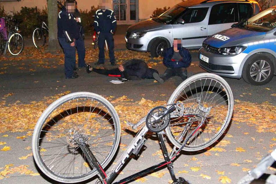 Die beiden Männer wurden von den Polizisten mit fünf Rädern erwischt.