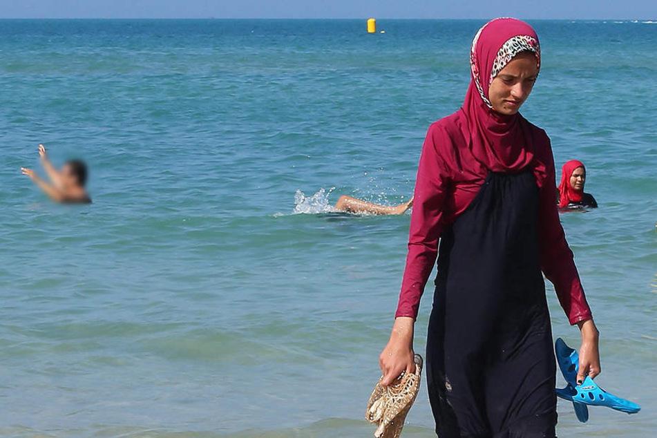 Etwa zehn Frauen, die am Strand von Cannes im Burkini baden wollten, seien am Freitag vorläufig festgenommen worden.