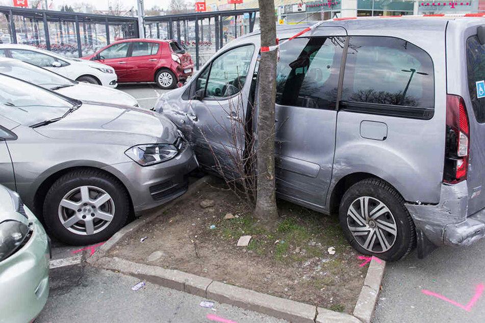 Massencrash auf Parkplatz: Neun Autos schrott