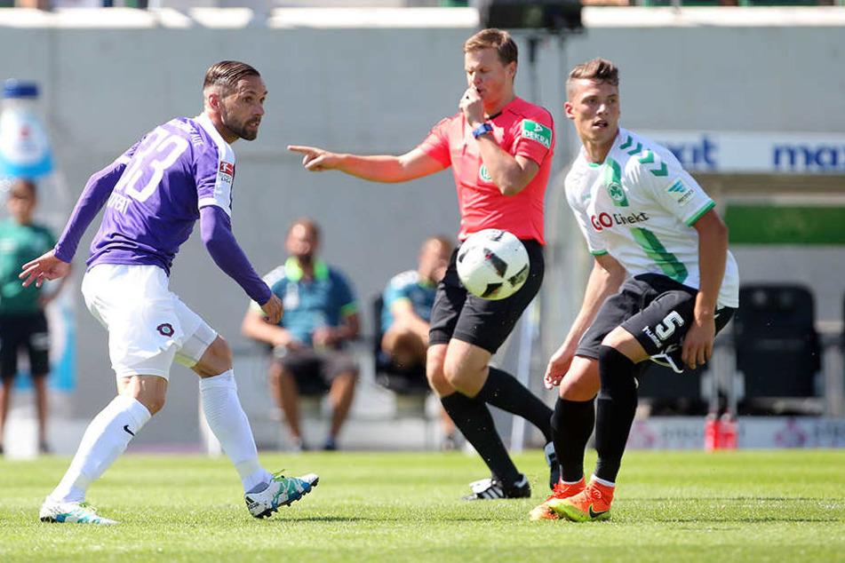 Nicolai Rapp (r.) im August 2016 in der Zweitliga-Partie gegen den FCE. Links Aues Christian Tiffert. Rapp & Co.gewannen mit 3:2.
