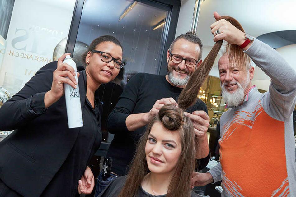 Um einen Dutt perfekt hinzukriegen, sind drei Friseure gefragt: Ralf Suchomel (54) und Frank Bohm (52, r.) stylen mit ihrer Mitarbeiterin Elisa das Model.