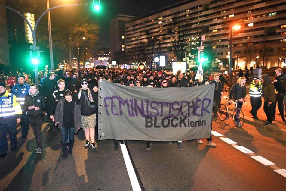 Der Protestzug macht sich auf den Weg über die St. Petersburger Straße in Dresden.