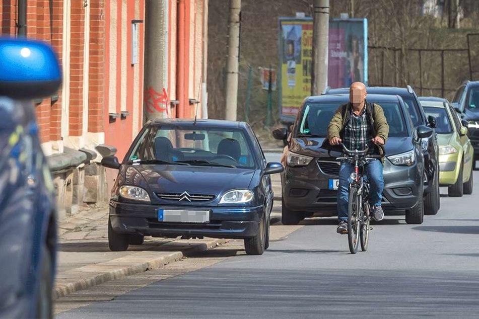 Dieser Falschparker macht es komplett verkehrt: Halb auf dem Gehweg behindert er Passanten und gefährdet Radfahrer.