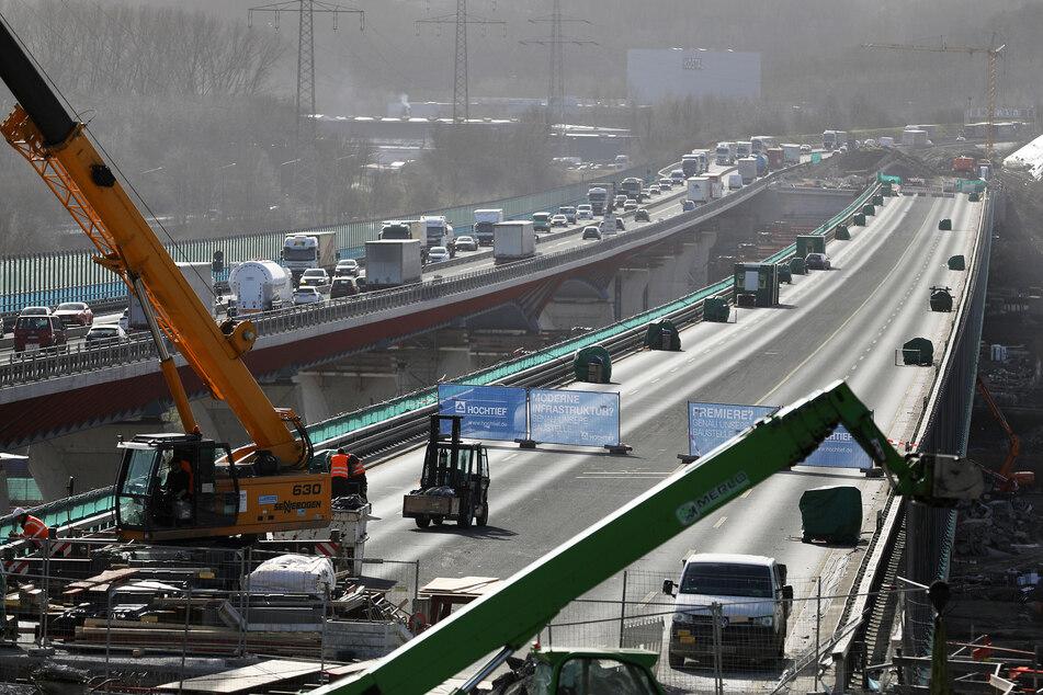Der neugebaute Teil (r) der Lennetalbrücke steht neben dem befahrenen Stück der A45. Der Brückenneubau an der Sauerlandlinie soll Anfang März nach mehreren Jahren Bauzeit in die endgültige Position verschoben werden.