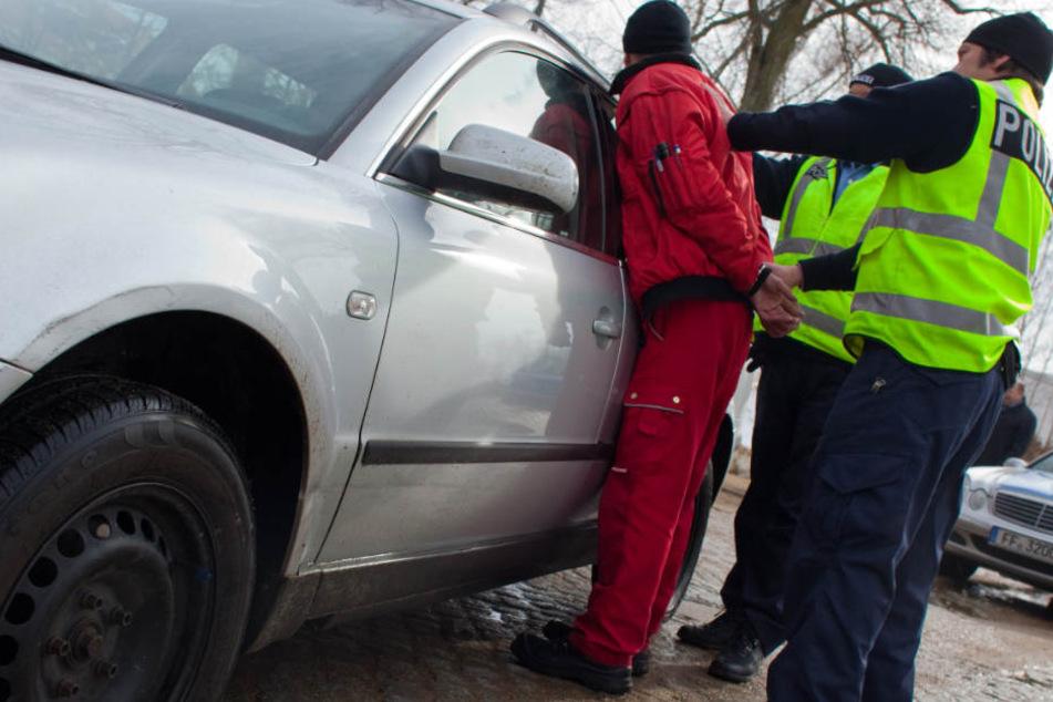 Der 26-Jährige musste von der Polizei festgenommen werden. (Symbolbild)