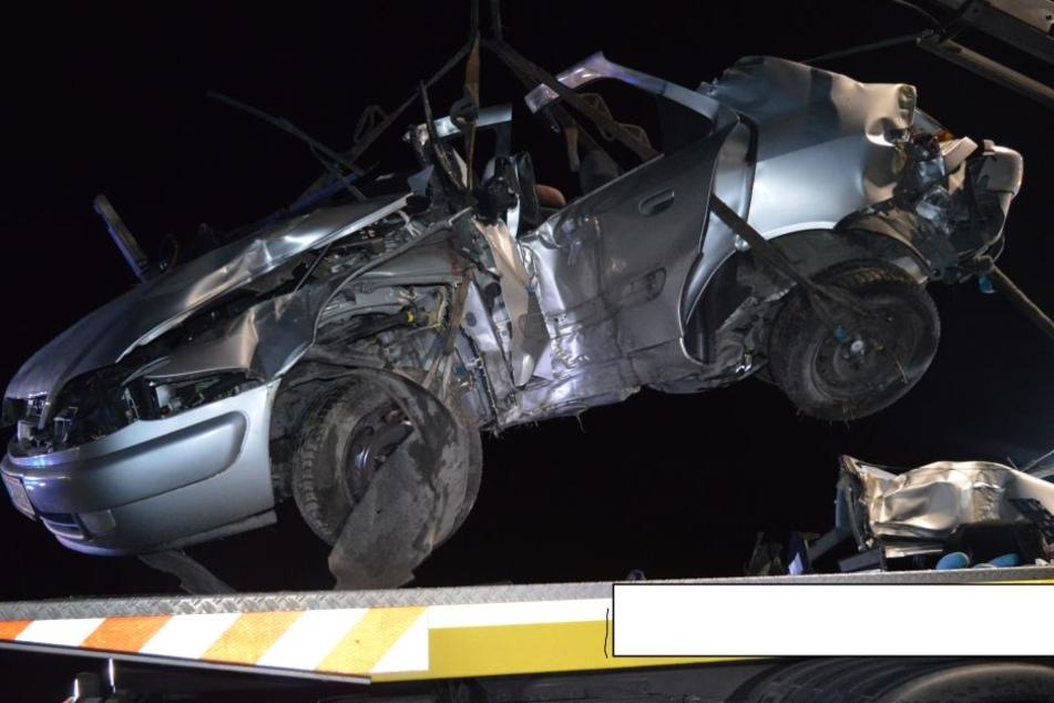 Das kaputte Auto wurde von der Polizei beschlagnahmt.