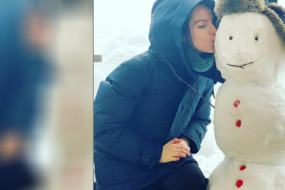 Yvonne scheint ihren Schneemann wirklich gut zu finden.
