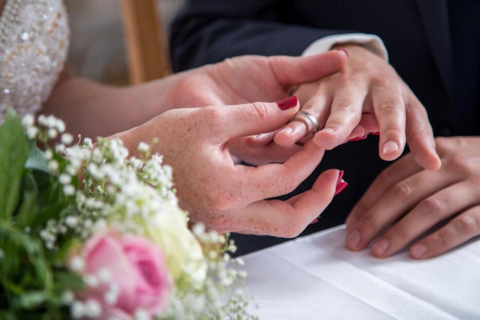 Bei einer Hochzeitsfeier kann man viel Geld ausgeben.
