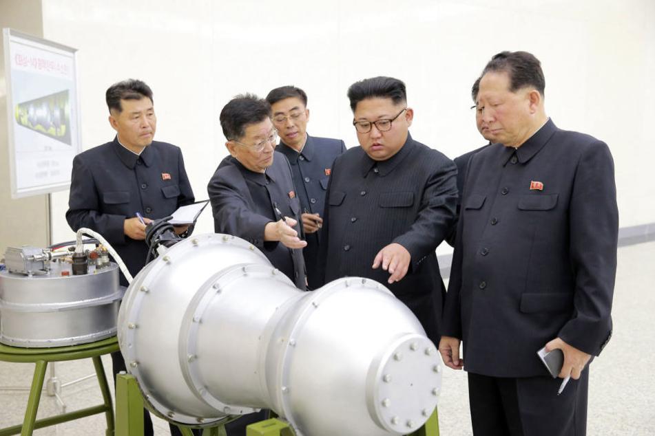 Angeblich besitzt Nordkorea eine Wasserstoffbombe. Dieses Bild mit der Inspektion des Sprengkopfes wurde verbreitet.