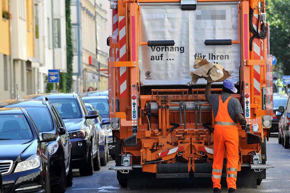 Nach dem flüchtigen Fahrer des Müllwagens wird gesucht. (Symbolbild)