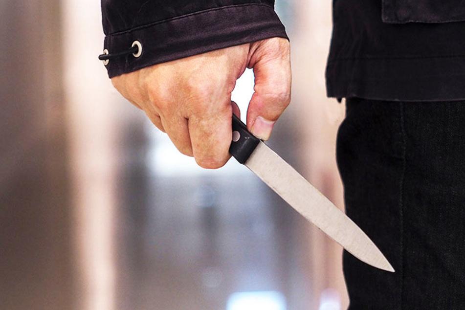 Plötzlich zückt der Unbekannte ein Messer und verletzt den jungen Lübbecker am Arm. (Symbolbild)