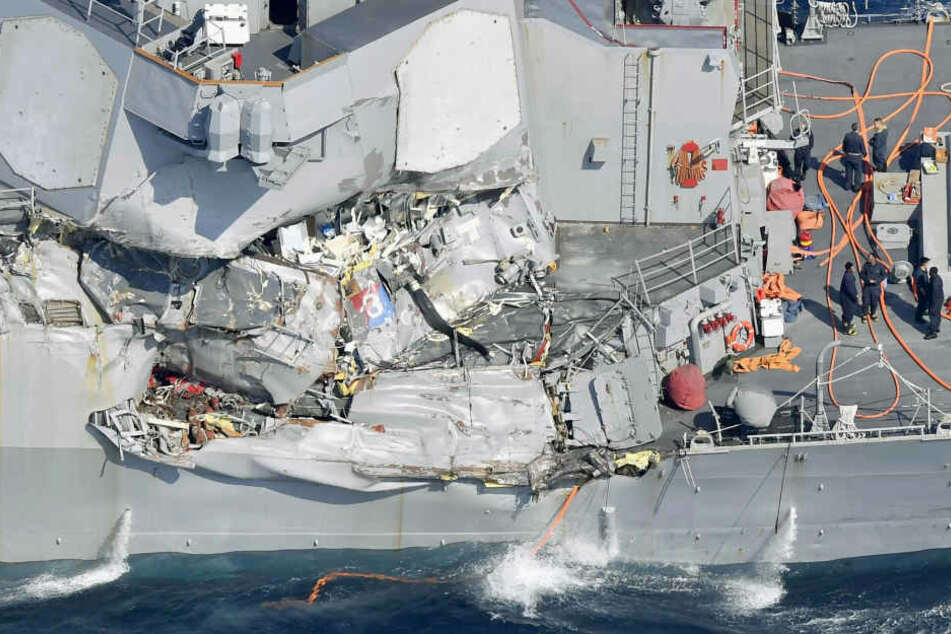 """Der US-Zerstörer """"USS Fitzgerald"""" wurde ordentlich in Mitleidenschaft gezogen. Es bestehe jedoch keine Gefahr, dass das Schiff untergeht."""