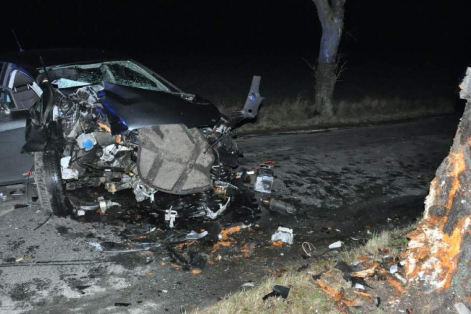 Das Auto wurde in seine Einzelteile zerlegt, auch am Baum sind die Spuren des Aufpralls nicht zu übersehen.