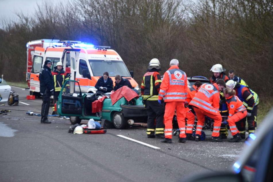 Der Fahrer des Peugeot musste aus seinem Fahrzeug befreit werden.
