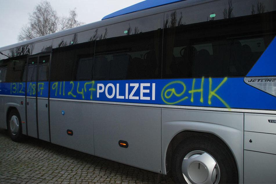 Während das Orchester ein Benefizkonzert gab, wurde der Polizeibus besprüht.