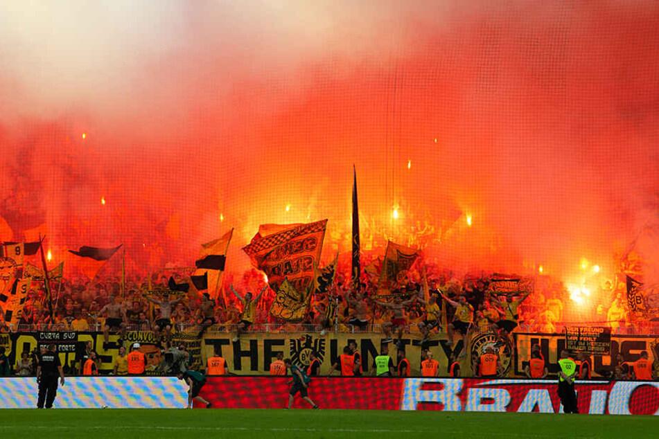 Die BVB-Fans zündelten nicht gerade wenige Bengalos während der Partie ab.