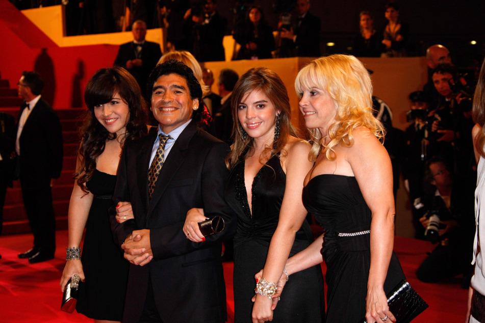 Diego Armando Maradona (†60) im Jahr 2008 beim Cannes Film Festival mit seinen Töchtern Giannina Dinorah (l.) und Dalma Nerea sowie Ehefrau Claudia Villafane (r.).