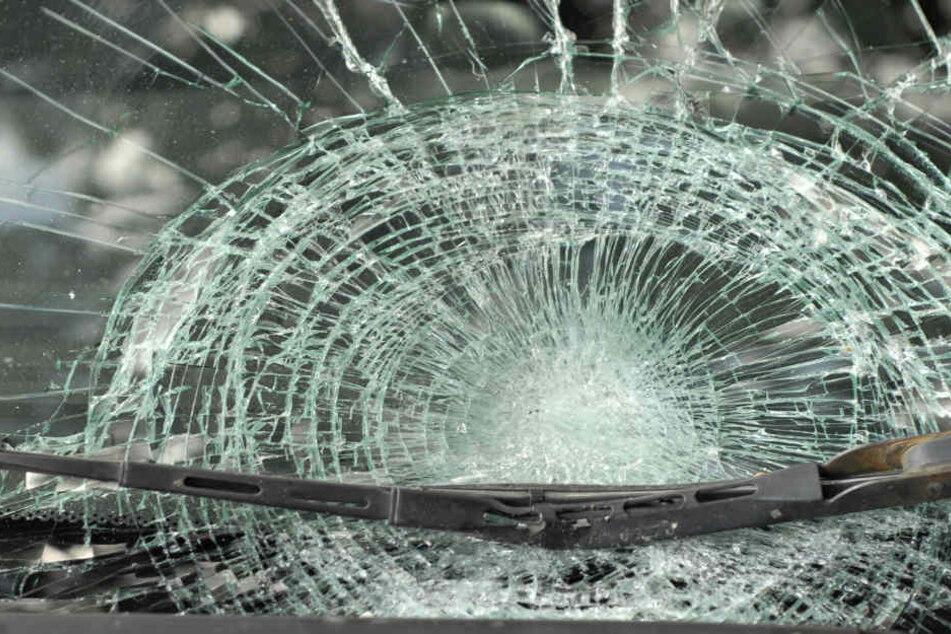 In Stuttgart wurden Steine von einer Brücke auf fahrende Autos geworfen. (Symbolbild)