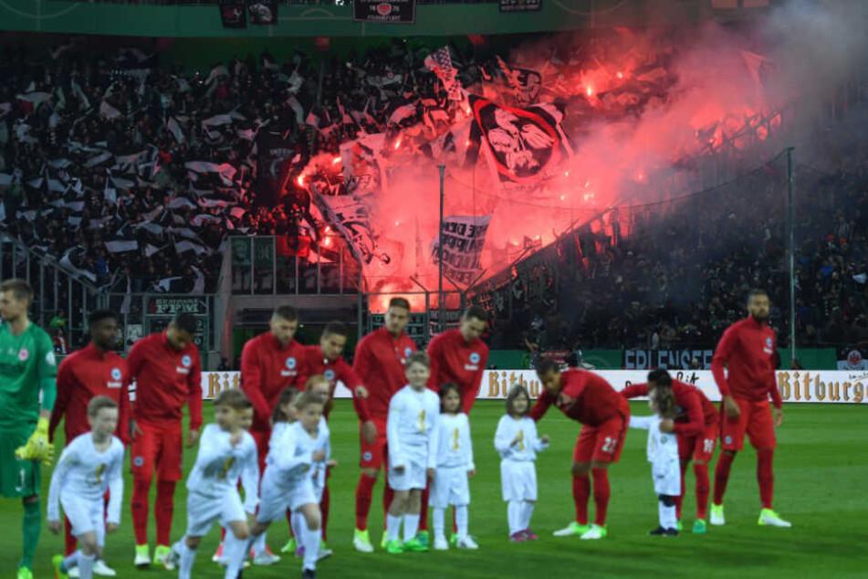 Brandgefährliche Fan-Euphorie im Stadion (Symbolfoto).